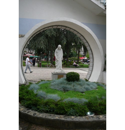Статуя на Майка Тереза, Скопие