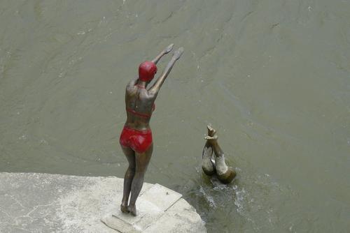 Статуите на скачащи във Вардар плувци