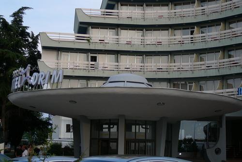Входът на хотел в Струга, който прилича на летяща чиния