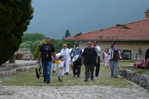 Ритуална обиколка около църквата с жертвено агне