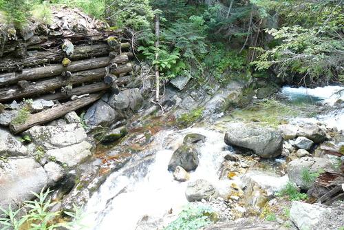 Останките на срутен мост над реката
