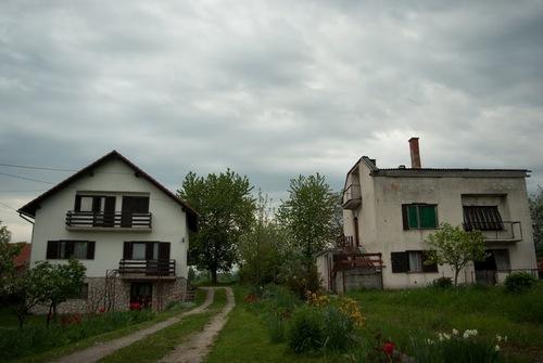 Контрастът между тези две къщи се вижда и в околните села