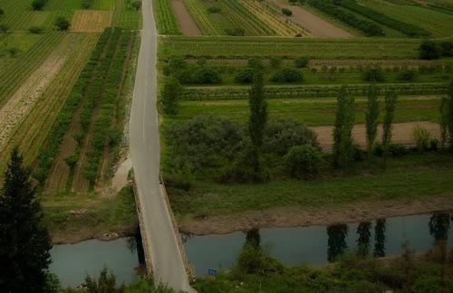 Все повече и повече се оформяше селския пейзаж, със страхотни, наситени цветове, въпреки мрачното време