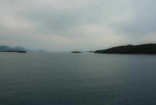 Вече се виждаха и заобикалящите навсякъде острови