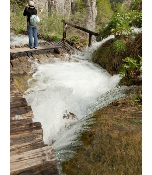 Водата буквално се излива върху пътеките, давайки ти чувството, че ходиш по нея