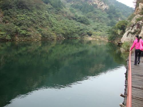 Друго езеро с дървено мостче