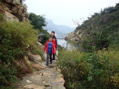 Малък турист с майка си