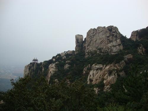 Древна беседка на върха на скала