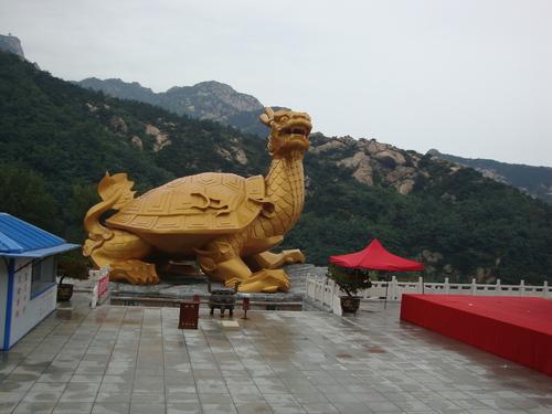 Митичната костенурка Ао - син на Дракона, вдясно се вижда сцената