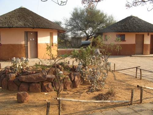 Седалището на BWA в Мочуди с типични кръгли къщи rondavel, в които спят доброволците и се помещават баните.