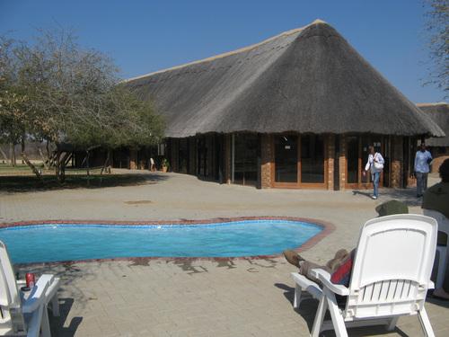 Ресторантът на резервата. Басейнът е любимото място за водопой на носорога Ноди привечер.