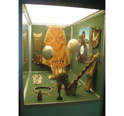 Експозиция, посветена на бушмените – типични украси от щраусови яйца и дърво, инструменти за бита от дърво и кожа