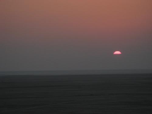 """Изгрев над """"соленото море"""" – забележете къде е хоризонтът!"""