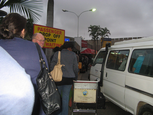 Огромната опашка за влизане в сградата на летището в Найроби