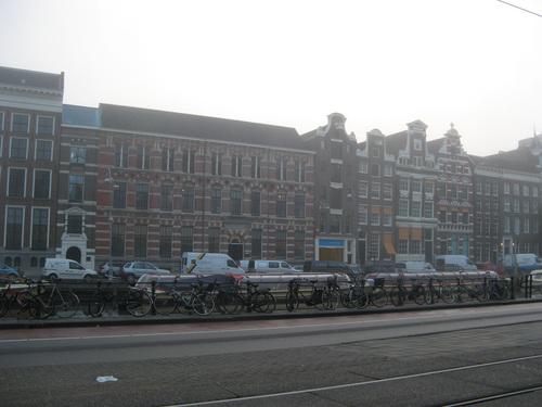Сутрешен Амстердам – мъглив и пуст