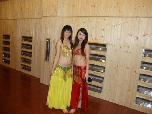 Маа със собственичката на клуба Суи Дзин
