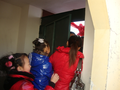 Приятелките на Лиу затискат портата