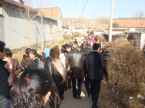 Сватбарите поемат по пътя към дома на Лианг