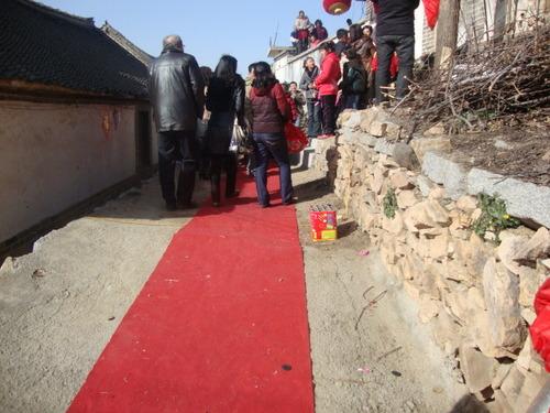 По червения килим