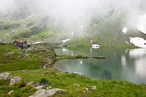 Езеро под върха