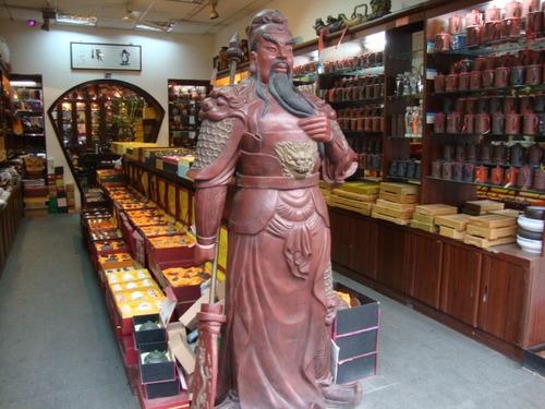 Фигура на герой от китайския епос на входа на магазин за чай