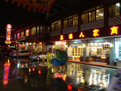 Старата уличка през нощта - човек с рикша