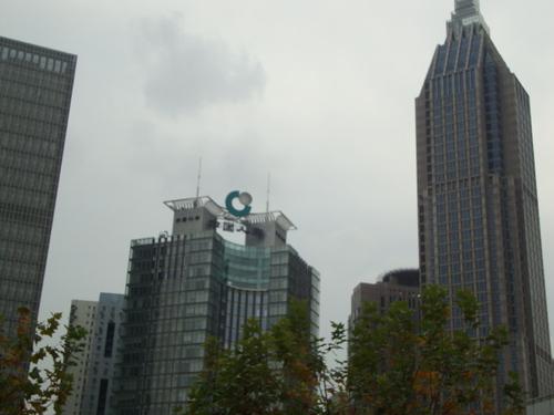 Наред със старата архитектура се срещат и небостъргачи