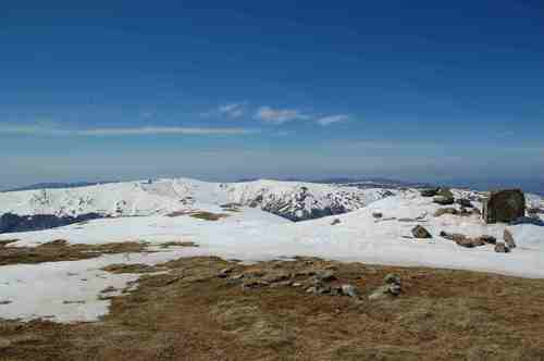 Равното било на Царев връх-2085 м. На хоризонта най-високите македонски планини – Якупица, Кораб и Шар
