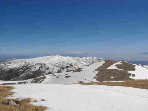 На изток бялата шапка на Витоша се откроява над връх Човека