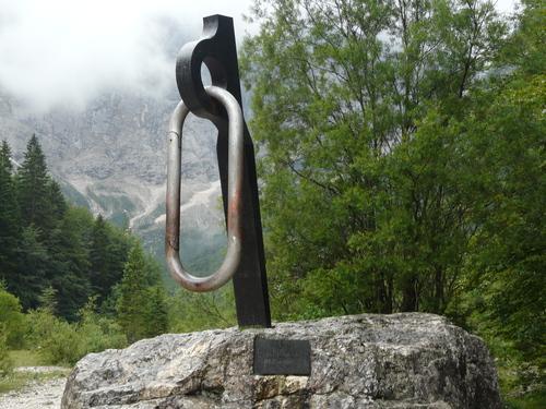 Паметник на съпротивителното движение (1941-1945г.) и загиналите планинари.