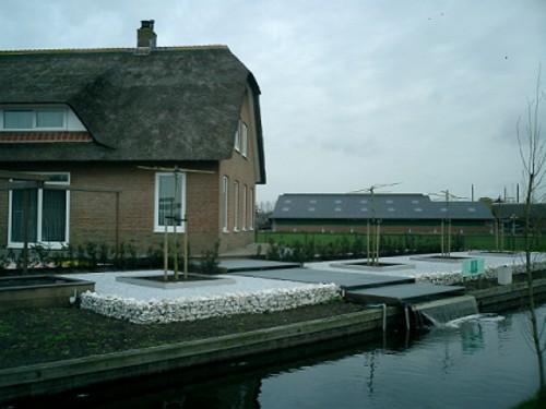 Типичната провинциална къща в Холандия, в близост до Худа. Хем модерна, хем традиционна. Наведете се да видите КОИ-те