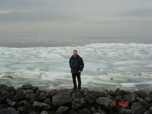 Снимка от езерата невидимо граничещи със Северно море. Единственото което се чува е движението на леда.