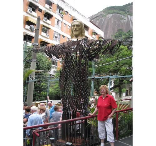 Козмо Вельо - куклата на Христос пред входа на влакчето за Корковадо