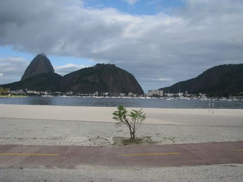"""Рио де Жанейро. Там - зад крайбрежната закачливо наднича """"Захарната глава"""""""