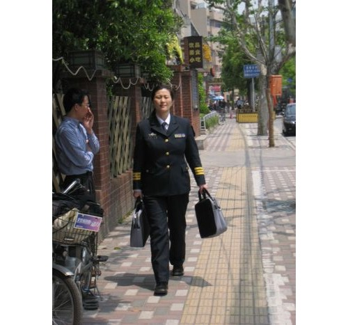 Горда дама офицер.