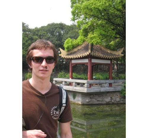 Павел на китайски фон.