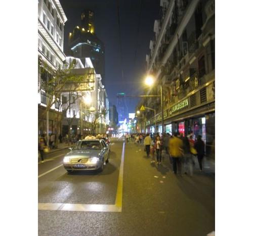 Вечер тротоарите са пренаселени и хората са по улицата.