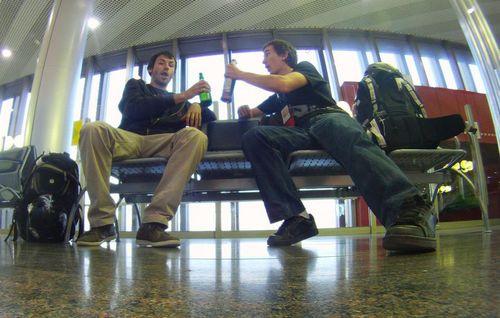 Участващите в срещата с руска бира в ръка.