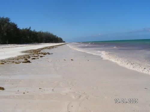 Празният плаж в посока Диани
