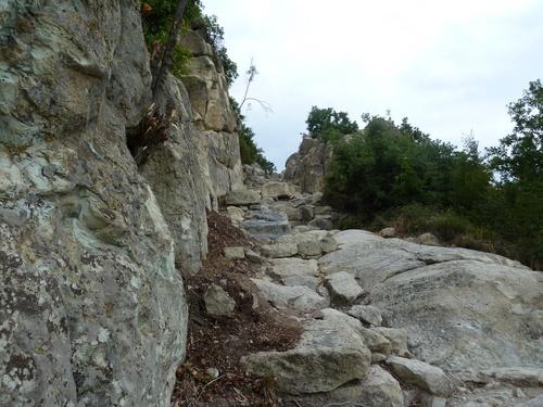 Проходът с каменни стъпала