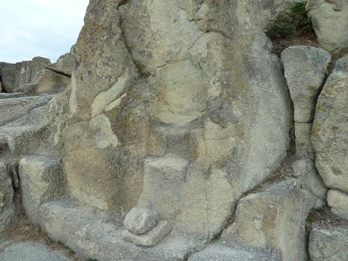Тронът, изсечен в скалите