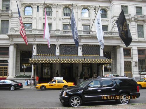 Пред входа на хотел Плаза