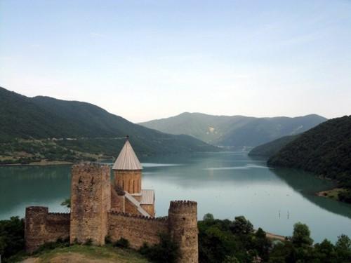 Църквата Успение на брега на язовир Жинвали. Язовирът се намира на т.нар. Военно-Грузински път, който свързва Русия и Грузия през Кавказките планини.