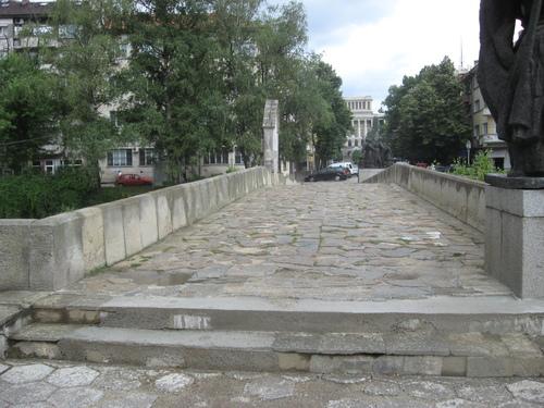 Каменният гърбав мост