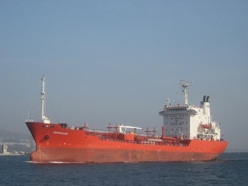 Варна, кораб минава по Аспаруховия канал