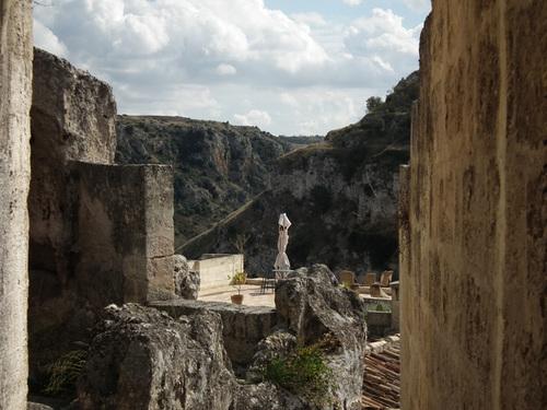 Симпатично дворче между руините