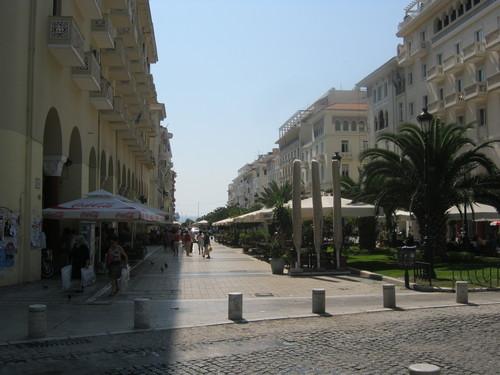 Централната улица на Солун, която излиза на крайбрежието