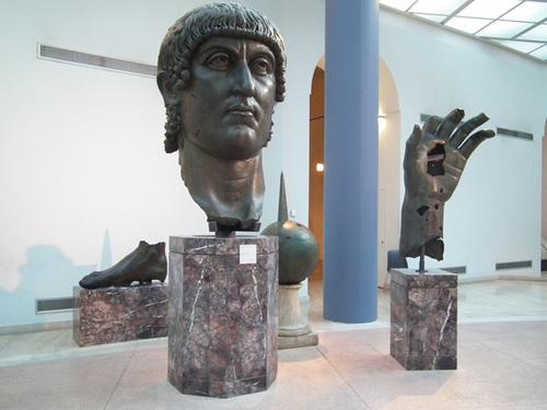 Части от колосалния Константин. Отвън, на двора има останки от друга негова грандиозна статуя.