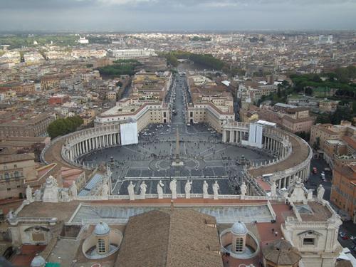 Площадът Свети Петър, сниман от купола