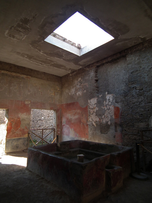 Много от сградите имат вътрешен басейн с отвор на покрива за събиране на дъждовна вода, макар че са имали и кладенци, някои от които с дълбочина от 35 м.